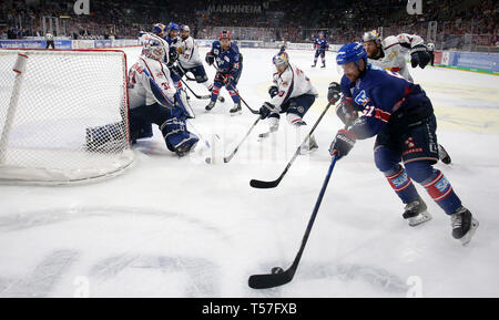 Mannheim, Germany. 22nd Apr, 2019. Ice hockey: DEL, championship round, final, 3rd matchday: Adler Mannheim - EHC Red Bull Munich in Mannheim in the SAP-Arena. Tommi Huhtala (61, Adler Mannheim) leads the puck behind Danny's goal from the birch trees (33, goalie, EHC RB Muenchen), Andrew Bodnarchuk (2, EHC RB Muenchen) runs right behind him. (to dpa 'Heimfluch gegen München beendet - Adler Mannheim in DEL on title course') Credit: Michael Deines/dpa/Alamy Live News - Stock Photo