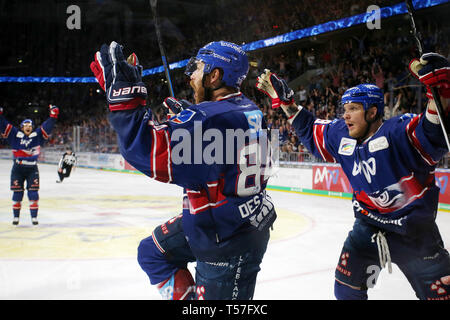 Mannheim, Germany. 22nd Apr, 2019. Ice hockey: DEL, championship round, final, 3rd matchday: Adler Mannheim - EHC Red Bull Munich in Mannheim in the SAP-Arena. Andrew Desjardins (84, Adler Mannheim) cheers on his goal to 3-0 (to dpa 'Heimfluch gegen München beendet - Adler Mannheim in DEL auf Titelkurs') Credit: Michael Deines/dpa/Alamy Live News - Stock Photo