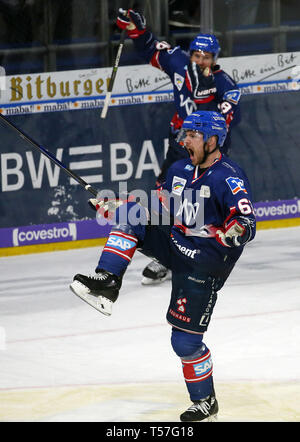 Mannheim, Germany. 22nd Apr, 2019. Ice hockey: DEL, championship round, final, 3rd matchday: Adler Mannheim - EHC Red Bull Munich in Mannheim in the SAP-Arena. Tommi Huhtala (61, Adler Mannheim) celebrates his goal to 4:1. (to dpa 'Heimfluch gegen München beendet - Adler Mannheim in DEL auf Titelkurs') Credit: Michael Deines/dpa/Alamy Live News - Stock Photo