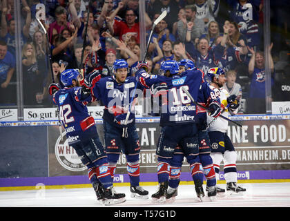 Mannheim, Germany. 22nd Apr, 2019. Ice hockey: DEL, championship round, final, 3rd matchday: Adler Mannheim - EHC Red Bull Munich in Mannheim in the SAP-Arena. The Mannheim players are cheering about the 2:0 for their team. (to dpa 'Heimfluch gegen München beendet - Adler Mannheim in DEL on title course') Credit: Michael Deines/dpa/Alamy Live News - Stock Photo