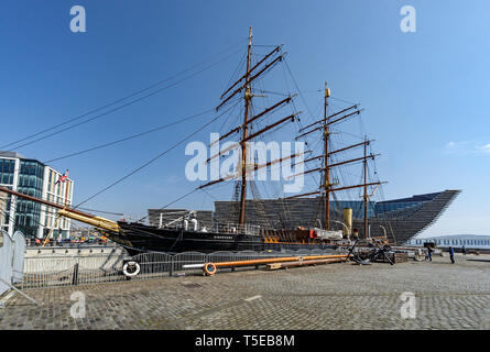 V&A Dundee Scotlands Design Museum on Riverside Esplanade Dundee Scotland UK with vessel RRS Discovery in the foreground - Stock Photo
