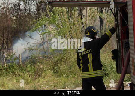 incendio della discarica abusiva  di Via Collatina a Roma -incendio della discarica abusiva  of street Collatina a Roma - foto di claudio Sisto - Stock Photo