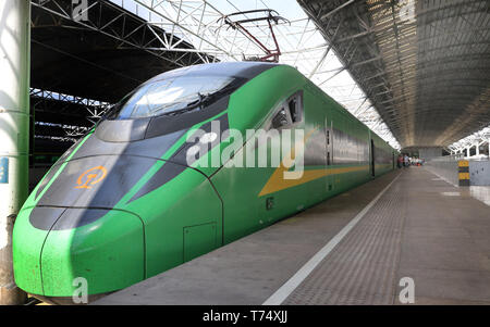 (190504) -- SHANGHAI, May 4, 2019 (Xinhua) -- Photo taken on May 4, 2019 shows a Fuxing bullet train at the Shanghai South Railway Station in Shanghai, east China. Two more CR200J bullet trains are assigned to Shanghai train depot by China Railway Shanghai Group Co. to cope with the travel rush during the May Day national holiday. (Xinhua/Fang Zhe) - Stock Photo