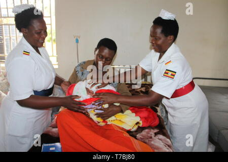 Mbarara, Uganda. 5th May, 2019. Midwives attend to a mother and her newly born baby in Mbarara district, Uganda, on May 5, 2019. Uganda on Sunday joined the rest of the world to commemorate the International Midwives' Day. Credit: Geoffrey Mutegeki/Xinhua/Alamy Live News - Stock Photo