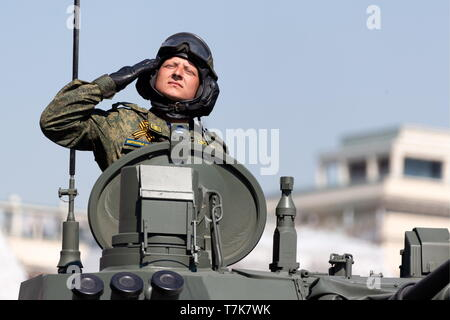 Moscow, Russia. 07th May, 2019. MOSCOW, RUSSIA - MAY 7, 2019: A tank crew member during the dress rehearsal of a Victory Day military parade marking the 74th anniversary of the victory over Nazi Germany in the 1941-45 Great Patriotic War, the Eastern Front of World War II, in Moscow's Red Square. Alexei Yereshko/Russian Defence Ministry Press Office/TASS Credit: ITAR-TASS News Agency/Alamy Live News - Stock Photo