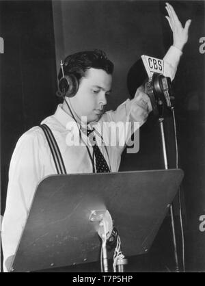 ORSON WELLES 1938 CBS radio broadcast at microphone Mercury Theatre on the Air Columbia Broadcasting System Photo - Stock Photo