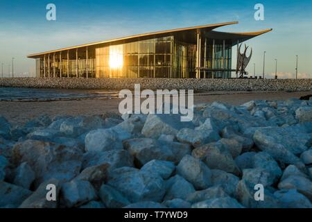 Papua-New-Guinea, Papua bay, National Capital District, Port Moresby town, Ela Beach, Apec Haus building designed like a Lakatoi sail - Stock Photo