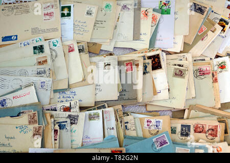 Dozens of old letters in close-up. Old letters lying in a mess. Alte Briefe in Unordnung liegen. Dutzende alter Briefe in Nahaufnahme. Stare listy. - Stock Photo