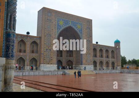 Samarkand in Usbekistan, UNESCO Weltkulturerbe an der Seidenstraße: ehemalige Medressen um den Registan - Stock Photo