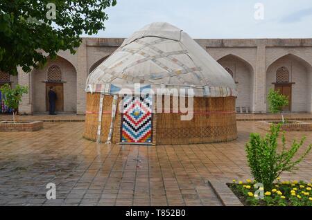 Samarkand in Usbekistan, UNESCO Weltkulturerbe an der Seidenstraße: das Ruhabat-Mausoleum, mit Jurte - Stock Photo