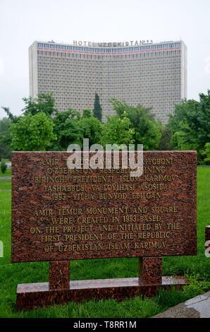 Taschkent, die Hauptstadt Usbekistans in Zentralasien: Amir Temur Inschrift vor dem Hotel Uzbekistan - Stock Photo