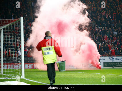 London, UK. 17 May, 2019 Flares on the pitch during Sky Bet League One Play-Offs 2nd Leg match between Charlton Athletic and Doncaster Rovers at The Valley stadium, London on 17 May 2019    FA Premier League and Football League images are subject to DataCo Licence EDITORIAL USE ONLY No use with unauthorised audio, video, data, fixture lists (outside the EU), club/league logos or 'live' services. Online in-match use limited to 45 images ( 15 in extra time). No use to emulate moving images. Credit: Action Foto Sport/Alamy Live News - Stock Photo