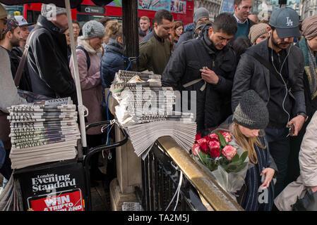 Pendler an der Hauptverkehrszeit an der Oxford-Zirkusstation, London, Großbritannien. / Commuters at rush hour at Oxford Circus station, London, UK. - Stock Photo