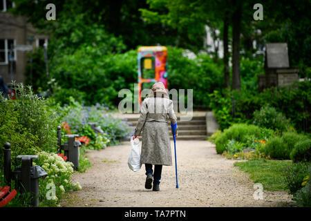 Put symbolic photo, old-age poverty, senior, bottle collecting, park, Gestelltes Symbolfoto, Altersarmut, Seniorin, Flaschensammeln, Park - Stock Photo