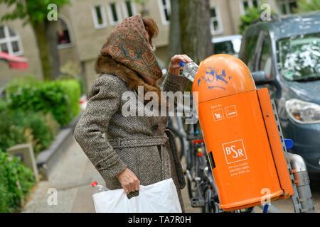Put symbolic photo, old-age poverty, senior, bottle collecting, garbage can, Gestelltes Symbolfoto, Altersarmut, Seniorin, Flaschensammeln, Mülleimer - Stock Photo
