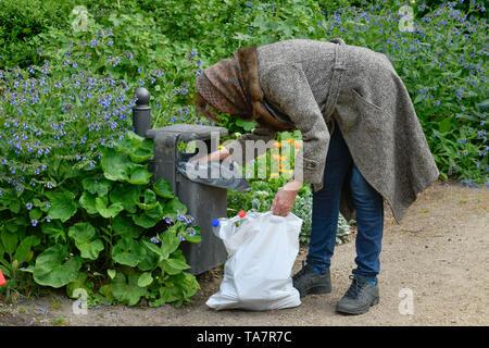 Put symbolic photo, old-age poverty, senior, bottle collecting, garbage can, park, Gestelltes Symbolfoto, Altersarmut, Seniorin, Flaschensammeln, Müll - Stock Photo