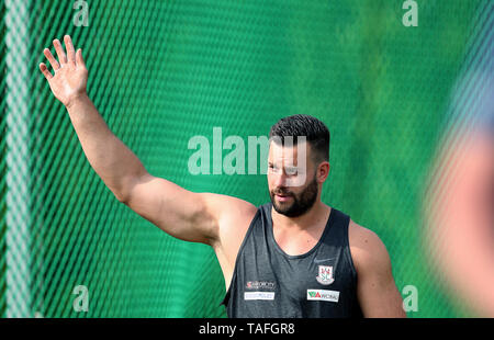 24 May 2019, Saxony-Anhalt, Schönebeck: Athletics: Schönebecker SoleCup. Discus thrower Martin Wierig (SC Magdeburg) waves. He won the men's competition with 66.04 metres and thus surpassed the world championship norm (65.00 metres). Photo: Ronny Hartmann/dpa-Zentralbild/dpa - Stock Photo