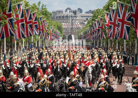 The Mall, London, UK. 25th May 2019. 1450 soldiers of the Household Division and The King's Troop Royal Horse Artillery, along with up to 400 musicians from the Massed Bands parade on Horse Guards for the first of two formal Reviews before Trooping the Colour on 8th June 2019 and inspected by Major General Ben Bathurst CBE, Major General Commanding the Household Division. Image: Mounted Household Cavalry troops return from the review. Credit: Malcolm Park/Alamy Live News. - Stock Photo
