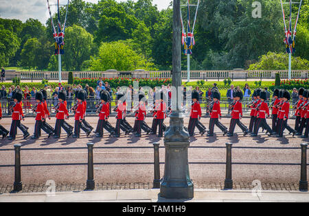 London UK. 25th May 2019. Guardsmen march past The Queen Victoria Memorial to the Major Generals Review of Trooping the Colour. - Stock Photo