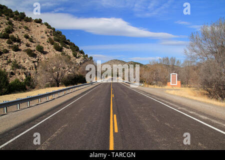 A sign along the roadside welcomes visitors to the historic town of Lincoln, New Mexico, site of the infamous Lincoln County War - Stock Photo