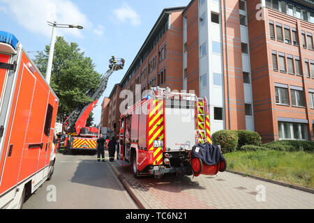 Gera, Germany. 06th June, 2019. Firefighters are standing in front of the building of the Bundesversicherungsanstalt für Angestellte (BfA). A fire had broken out on the fourth floor of a part of the building in the morning and was extinguished by the fire brigade. This floor is used by a company not belonging to the BfA. About 600 people were evacuated. Police are investigating the cause of the fire. Credit: Bodo Schackow/dpa-Zentralbild/dpa/Alamy Live News - Stock Photo