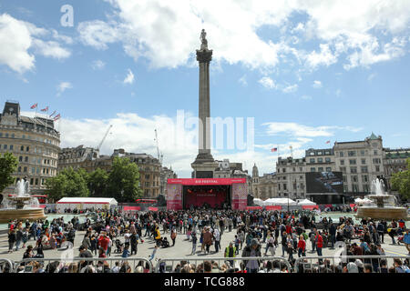 Trafalgar Square, London, UK. 8th June 2019. Dancers and musicians on the stage as crowds flock to Trafalgar Square for the Festival of Eid. Penelope Barritt/Alamy Live News - Stock Photo