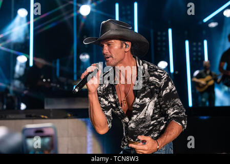 Nashville, Tennessee, USA. 08th June, 2019. NASHVILLE, TENNESSEE - JUNE 08: Tim McGraw performs onstage during day 3 of the 2019 CMA Music Festival on June 8, 2019 in Nashville, Tennessee. Photo: Andrew Wendowski for imageSPACE/MediaPunch Credit: MediaPunch Inc/Alamy Live News - Stock Photo
