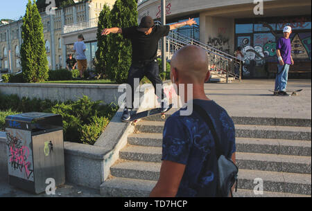 Kyiv, Ukraine. 12th June, 2019. A skater exercises at a Postal square hot summer day in Kyiv, Ukraine, June 12, 2019. Summer heat fell to Kyiv. The temperature has passed the mark of 31 degrees Celsius Credit: Sergii Kharchenko/ZUMA Wire/Alamy Live News - Stock Photo