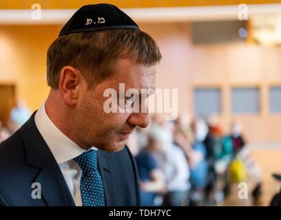 Dresden, Germany. 16th June, 2019. Michael Kretschmer (CDU), Prime Minister of Saxony, wears a kippa at the ceremonial inauguration of the new Tora role for Dresden in the city hall. Credit: Robert Michael/dpa-Zentralbild/dpa/Alamy Live News - Stock Photo