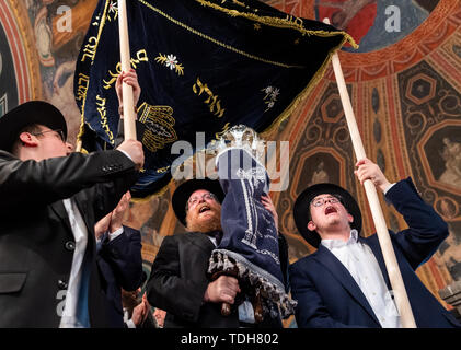 Dresden, Germany. 16th June, 2019. Rabbi Shneor Havlin (M) and members of the Jewish community wear the new Tora role for Dresden from the town hall after the ceremonial inauguration. Credit: Robert Michael/dpa-Zentralbild/dpa/Alamy Live News - Stock Photo