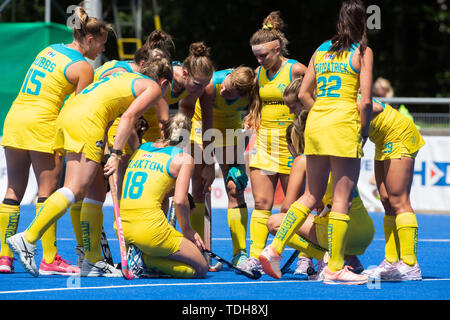 Krefeld, Germany, June 16 2019, hockey, women, FIH Pro League, Germany vs. Australia:  Players (Australien) huddle.             Credit: Juergen Schwarz/Alamy Live News - Stock Photo