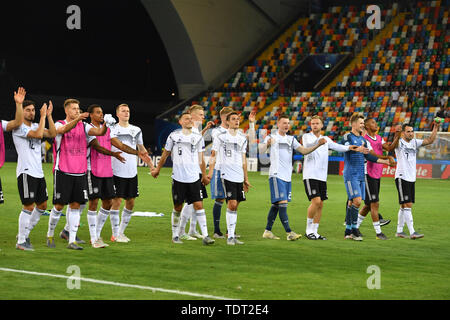 Udine, Italien. 17th June, 2019. final jubilation to the German fans, football fans, team photo, team, team, team photo. Germany (GER) -Daenemark (DEN) 3-1, on 17.06.2019 Stadio Friuli Udine. Football U-21, UEFA Under21 European Championship in Italy/SanMarino from 16.-30.06.2019. | Usage worldwide Credit: dpa/Alamy Live News - Stock Photo