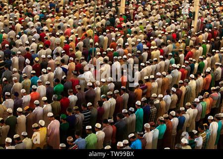 Muslims offer Eid–ul-Fitr prayers at the Baitul Mukarram National Mosque in Dhaka, Bangladesh. - Stock Photo