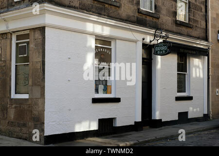 The exterior of The Oxford Bar. A favourite pub of both DI John Rebus and  the author Ian Rankin, in Young Street, Edinburgh, Scotland. - Stock Photo