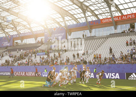 Grenoble, France. 22nd June, 2019. German players acknowledge the spectators after the round of 16 match between Germany and Nigeria at the 2019 FIFA Women's World Cup at Stade des Alpes in Grenoble, France, June 22, 2019. Credit: Xu Zijian/Xinhua/Alamy Live News - Stock Photo
