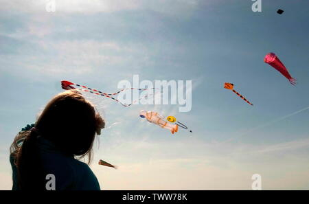 AJAXNETPHOTO. 2019. WORTHING, ENGLAND. - GO FLY A KITE - YOUNGSTER WATCHING KITES FLY NEAR THE SEASIDE.PHOTO:JONATHAN EASTLAND/AJAX REF:GR192104_9073 - Stock Photo