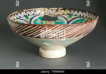'(Mokhfia) Ceramic Vessel (image 1 of 2); English:  Morocco, Fez, first half of 19th century Furnishings; Serviceware Ceramic The Madina Collection of Islamic Art, gift of Camilla Chandler Frost (M.2002.1.309) Islamic Art; First half of 19th century; ' - Stock Photo