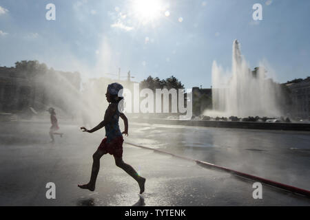 Vienna, Austria. 26th June, 2019. Children play at the fountain on the Schwarzenberg Square in Vienna, Austria, on June 26, 2019. The highest temperature in Vienna reached 36 degrees Celsius on Wednesday. The current June is set to be the hottest in recorded history in Austria, with regional heat records also expected to be eclipsed in some parts of the country this week, according to the Central Institute for Meteorology and Geodynamics (ZAMG). Credit: Guo Chen/Xinhua/Alamy Live News - Stock Photo
