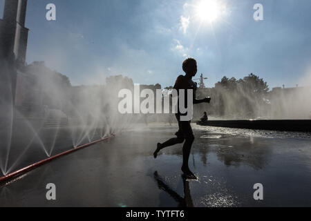 Vienna, Austria. 26th June, 2019. A boy plays at the fountain on the Schwarzenberg Square in Vienna, Austria, on June 26, 2019. The highest temperature in Vienna reached 36 degrees Celsius on Wednesday. The current June is set to be the hottest in recorded history in Austria, with regional heat records also expected to be eclipsed in some parts of the country this week, according to the Central Institute for Meteorology and Geodynamics (ZAMG). Credit: Guo Chen/Xinhua/Alamy Live News - Stock Photo