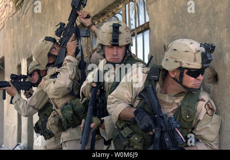 U.S. Army Soldiers with Delta Company, 1st Scout Platoon, 155th Brigade Combat Team, clear a building in an area in Al Iskandariyah, Iraq,  that is known to house insurgents, on March 5, 2005.  (UPI Photo/Kurt Gibbons III/Air Force) - Stock Photo