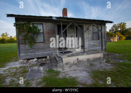 Deserted old cabin in the deep South of the United States - Stock Photo