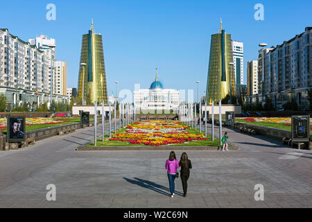 Central Asia, Kazakhstan, Astana, Presidential Palace and the twin golden conical business centres - Stock Photo
