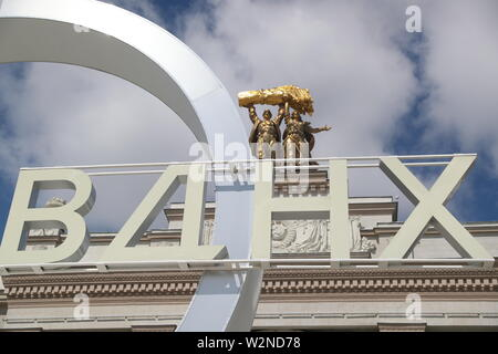 Moscow, Russia. 10th July, 2019. MOSCOW, RUSSIA - JULY 10, 2019: Statues atop the main entrance to the VDNKh exhibition centre and park. Alexander Shcherbak/TASS Credit: ITAR-TASS News Agency/Alamy Live News - Stock Photo