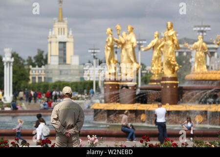 Moscow, Russia. 10th July, 2019. MOSCOW, RUSSIA - JULY 10, 2019: Gilded statues of the Friendship of the Peoples Fountain at the VDNKh exhibition centre and park. Alexander Shcherbak/TASS Credit: ITAR-TASS News Agency/Alamy Live News - Stock Photo