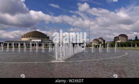 Breslau Jahrhunderthalle und Springbrunnen - Wroclaw Centennial Hall and fountains in the park - Stock Photo