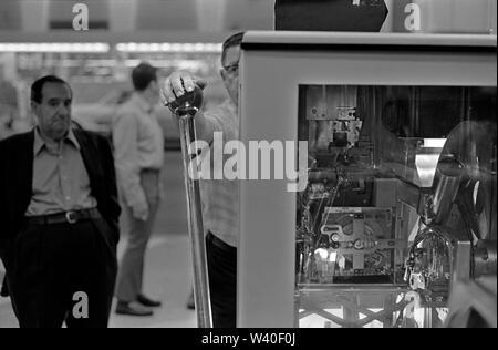 One armed bandits fruit machine, slot machines, man playing  gambling on Big Bertha a giant one arm bandit  1969, Reno Nevada Casino. USA 60s US HOMER SYKES - Stock Photo