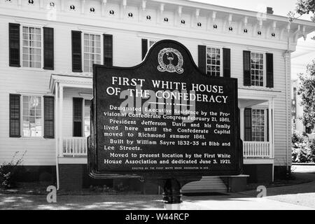 A metal sign with text in front of the First White House of the Confederacy in Montgomery, AL, USA, in black and white - Stock Photo