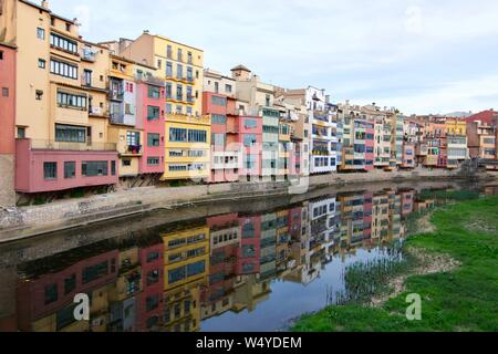 The colourful houses along the Onyar River in Girona, Spain. - Stock Photo