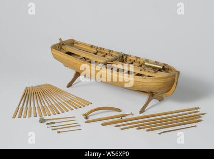 Model of an Armed Longboat, Truss model with round wood on a stand. Smooth-edged double-belted barkas, round truss with almost flat sheer and flat mirror, a forecourt, eight dices and rails and an open cabin with side covers. The prow is coppered and has a disk. Three-part frames. Simple rudder with a tiller that fits over the rudder king. The rig consists of a large mast with ra for a bucket sail and a grape mast with a parrot pole and whip. The barkas is armed with a carronade on a loose carriage, which extends from the front to the stern, and is provided with loading equipment, the carriage - Stock Photo
