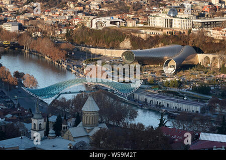 Aerial view on the city center with the Bridge of Peace over the Mtkvari River that devides the two destricts Kala and Avlabari. Tbilisi, Georgia - Stock Photo